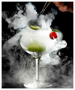 cocktail con ghiaccio secco